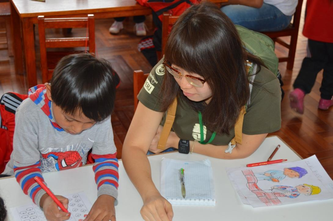 Projects Abroad volunteer helps her student with an early childhood development activity during her spring break in Peru.